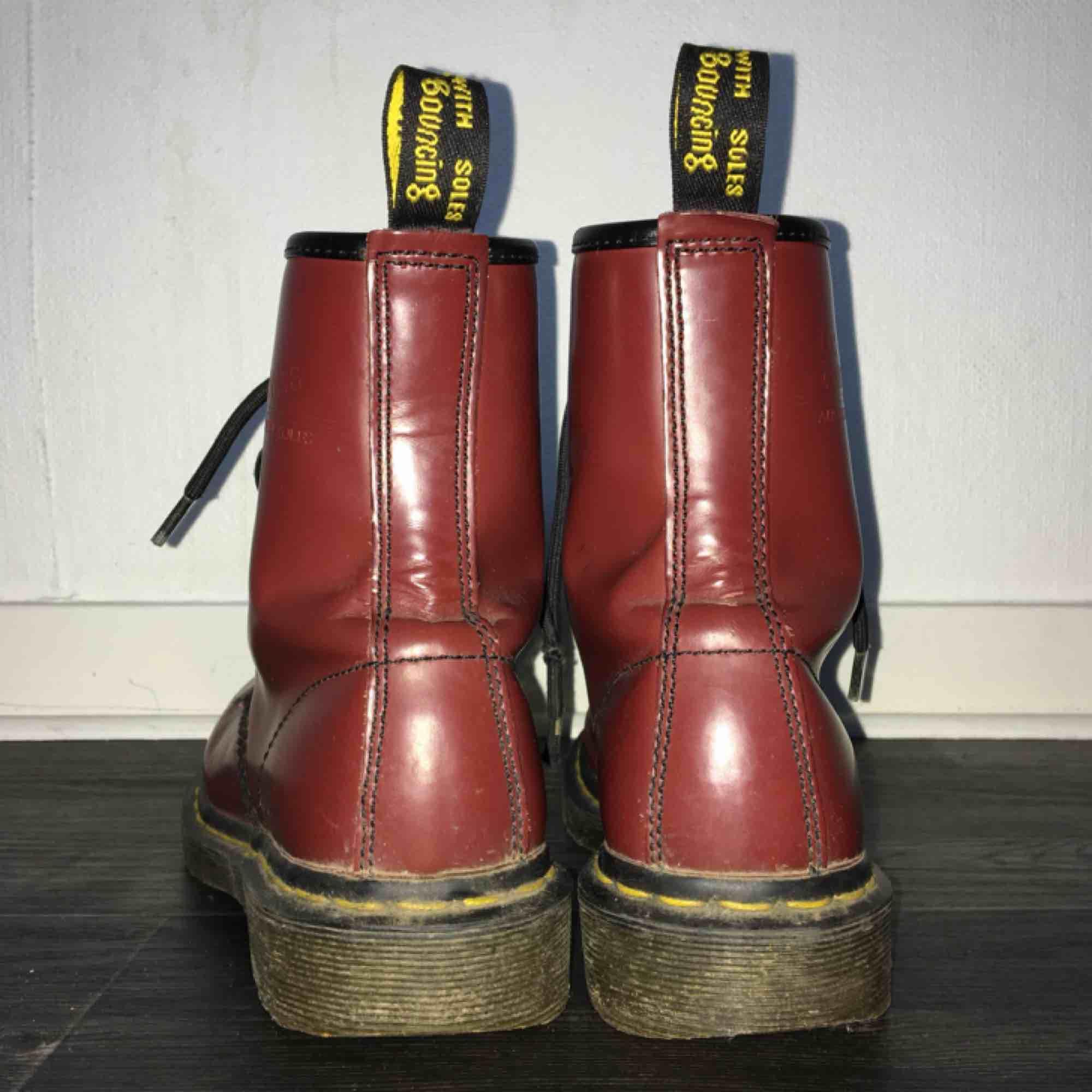 dr martens-kängor i strl 37, använda en del men ändå väldigt gott skick, bra kvalité. kan tänka mig att gå ner i pris. spårbar frakt tillkommer på 95 kr. obs!! på bilderna ser dom röda ut men irl är dom mycket mer vinröda🍷. Skor.