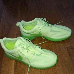 Jättefina neongröna nike skor i storlek 40.5, endast testade!