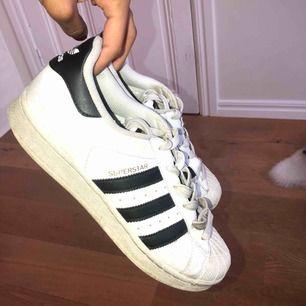 Adidas superstars, storlek 39