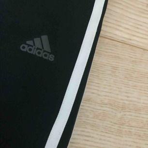 Ett par Adidasbyxor som tyvärr har blivit för små, i storlek s