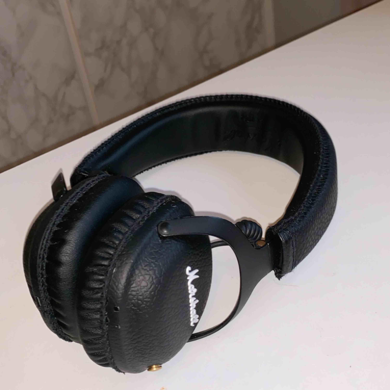 Marshall mid bluetooth hörlurar som jag inte använder så ofta längre. Förpackning, sladd och laddare finns. Det är inget fel på hörlurarna, kopplar som de ska och inget hackar! 🌸Nypris: 1300. Övrigt.