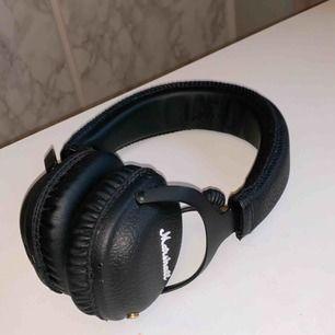 Marshall mid bluetooth hörlurar som jag inte använder så ofta längre. Förpackning, sladd och laddare finns. Det är inget fel på hörlurarna, kopplar som de ska och inget hackar! 🌸Nypris: 1300