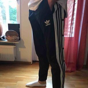 Adidas byxor med knappar, säljer då dem inte kommer till användning längre