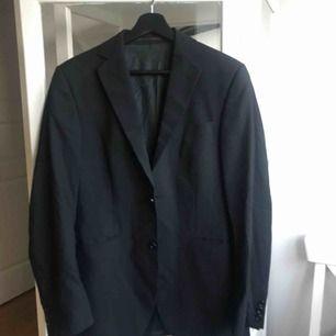 Hel kostym från tiger of sweden. Är i bra skick! Den är svagt randig. Byxa är i storlek 46 (herr byxstorlek, är inte samma som 46 i dam).
