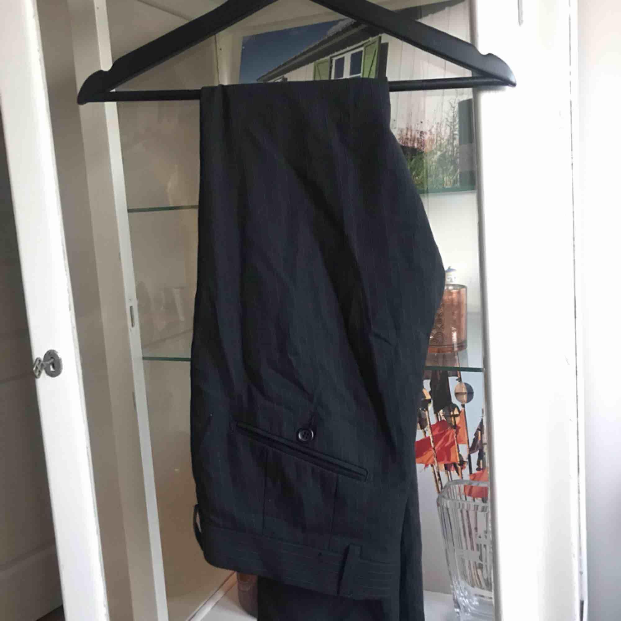 Hel kostym från tiger of sweden. Är i bra skick! Den är svagt randig. Byxa är i storlek 46 (herr byxstorlek, är inte samma som 46 i dam).. Kostymer.
