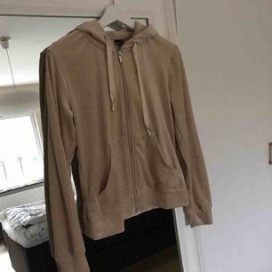 Jättefin hoodie med sidenband från ginatricot. Supermjukt material. Endast använd en gång då jag inte tyckte att färgen passade mig, men annars så snygg.