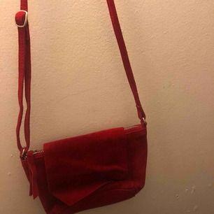 Röd mocka väska från asos. Aldrig använd