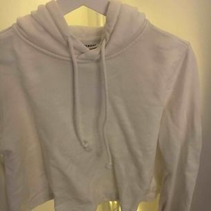 Vit hoodie från weekday Utsvängd