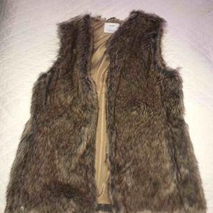Faux fur väst från berskha som är i beige brunt. köpare står för frakt 🥰