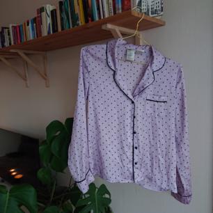 Superfin violett silkig sovskjorta i fint skick. Går minst lika bra att använda till sin vardagliga garderob till en fin kjol eller ett par snygga jeans!