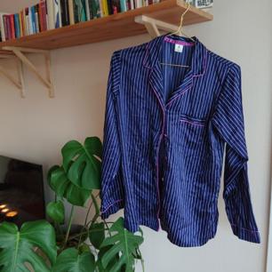 Marinblå silkig sovskjorta i fint skick! Superfin att använda som skjorta/blus till ett par jeans.