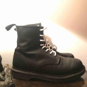 Dr Martens 1460 Greasy (mjukt läder) unisex, denna är som ett par 38,5 om man jämför med andra märken. Supersköna!