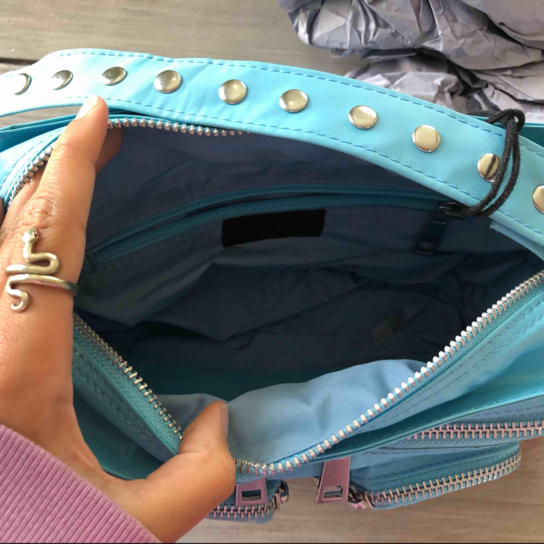 Säljer min helt nya blåa fina nunoo väska, har prislappen kvar! Mycket fin väska som jag tyvärr säljer:( hoppas nån vill köpa!. Väskor.
