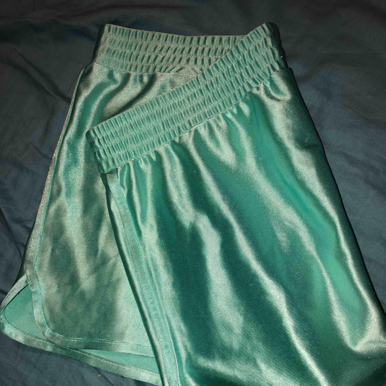 silkesshorts/pyjamasshorts från monki i mintgrön härlig färg och gott skick🧚🏻♀️. Shorts.