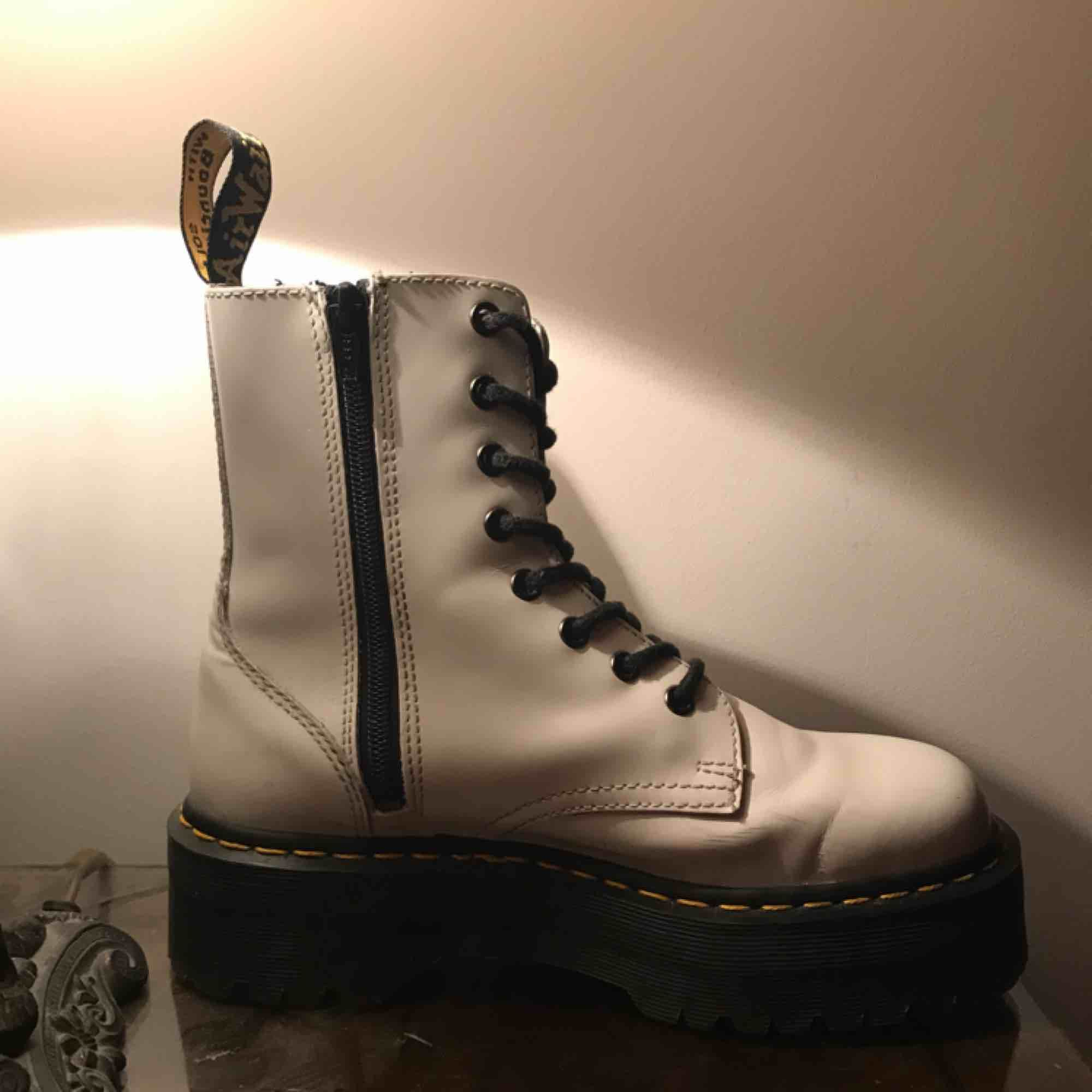 Använda 5-10 ggr. Jättesköna och är i riktigt läder. Bra sula undertill med bra grepp på vintern.  Nypris: 2400 Nu: 1300. Skor.