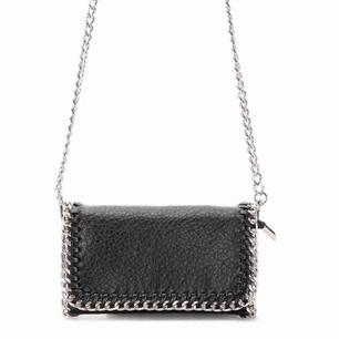 En liten, svart väska från Tiamo med silverdetaljer. Köptes för ungefär två år sedan direkt ur en Scorret butik. Helt ok skick. +frakt