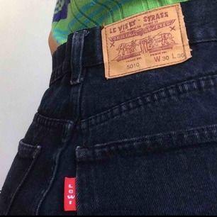 Mörkblå jeans! Fake Levis, W:30 L:36 så typ S - M, passar mig som är S med skärp! Fraktar om köparen betalar frakt, annars möts i Stockholm!!