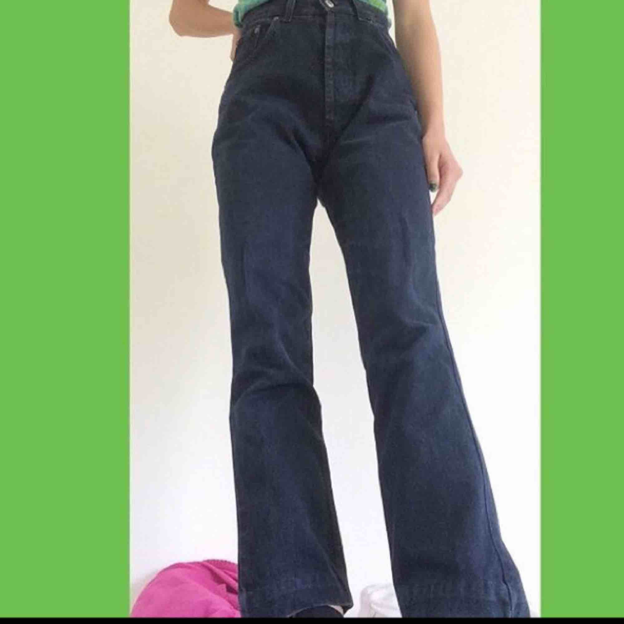 Mörkblå jeans! Fake Levis, W:30 L:36 så typ S - M, passar mig som är S med skärp! Fraktar om köparen betalar frakt, annars möts i Stockholm!!. Jeans & Byxor.