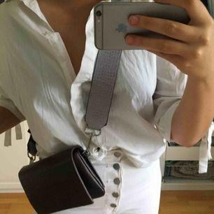 Brun Carin Wester-väska, kommer med avtagbart lila strap plus ett tunt brunt