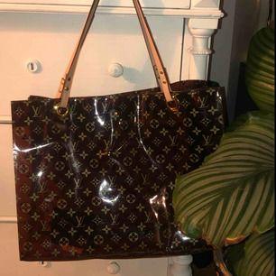 Louis Vuitton väska i brun genomskinlig plast. Jättejättefin men använder sorgligt nog inte alls ofta:(