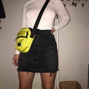 Skit snygg kjol från Gina tricot som ej kommer till användning, bra skick eftersom den bara är använd två gånger 💕 frakt tillkommer