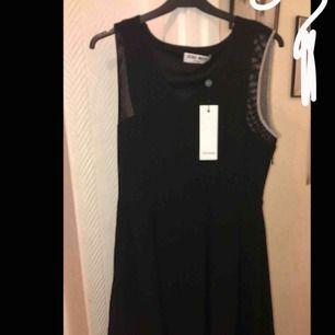 Säljer en helt ny klänning som aldrig är använd (endast testad) Ny pris 400kr säljer för 150kr (det är en kort klänning)