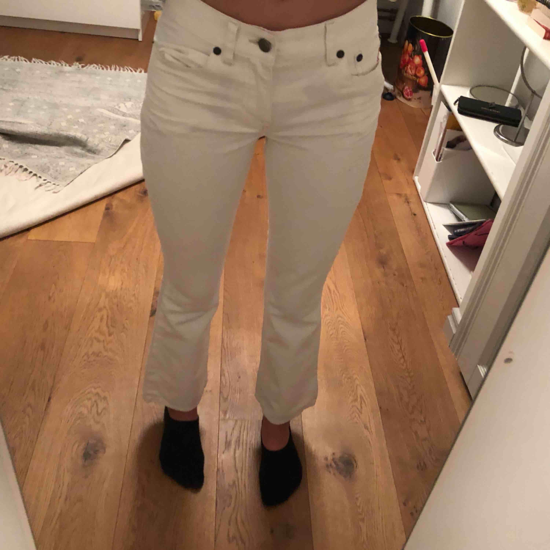 Vita korta jeans från polo Ralphlauren! Aldrig använt dom pga inte min stil. Skulle säga att det är strl Small. Frakt ingår.. Jeans & Byxor.