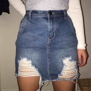 Denim kjol från boohoo som inte kommer till användning och är aldrig använd, sitter bra på mig som brukar ha 36-38, frakt tillkommer 💕