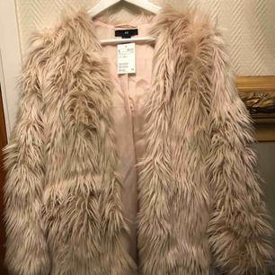 Helt oanvänd jacka från H&M i storlek S. Den är åt det puderrosa hållet men väldigt ljus.  Nypris 500 kr