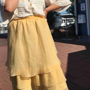 Gul volang-kjol, köpt vintage, går lite över knäna