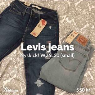 2 st helt oanvända Levis jeans, lappar kvar. De passar nog någon som är cirka 160-165cm och har S. Midjemått liggandes på backen från sida t sida= 32cm,Innerbenslängd= cirka 71cm,Från gren till midja= 20cm, 710 super skinny i mid rise, Nypris=1099kr