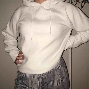 As fin vit hoodie i super nice och tjock kvalite, fett härlig och snygg på vintern, köpt på second hand och är inte nopprig 💞 frakt tillkommer !