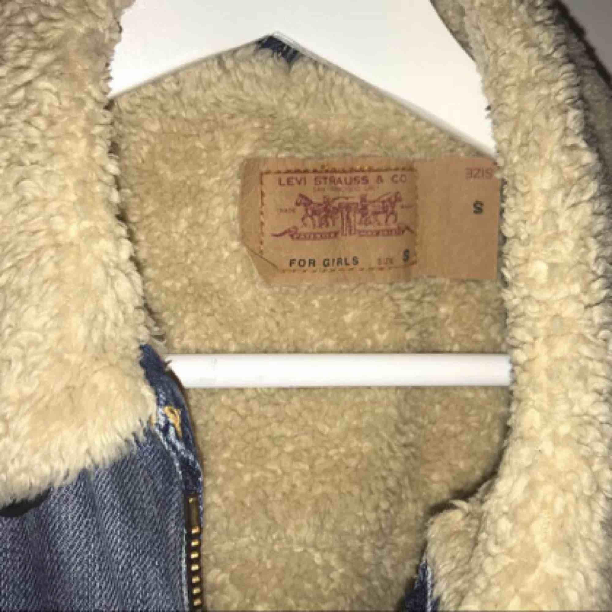 Levis fodrad jeansjacka VINTAGE. Kan inte hitta den här modellen på webben.  Jackan är välanvänd men fortfarande i stadigt skick. Inte minst bra kvalité. Helfodrad på insidan. Pris kan eventuellt diskuteras 😊 fraktar +50kr. Jackor.