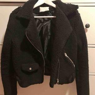 Jättefin biker jacket i teddy material, perfekt nu till hösten🍂🍁 Står storlek L men skulle mer säga att det är en M. Fina detaljer i silver samt fickor! Köptes på Chiquelle förra hösten