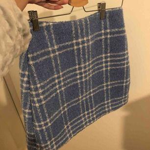 Kjol ifrån monki använd max 5ggr. Tjockt material så en bra kjol till höst och vinter. Köparen står för frakt!