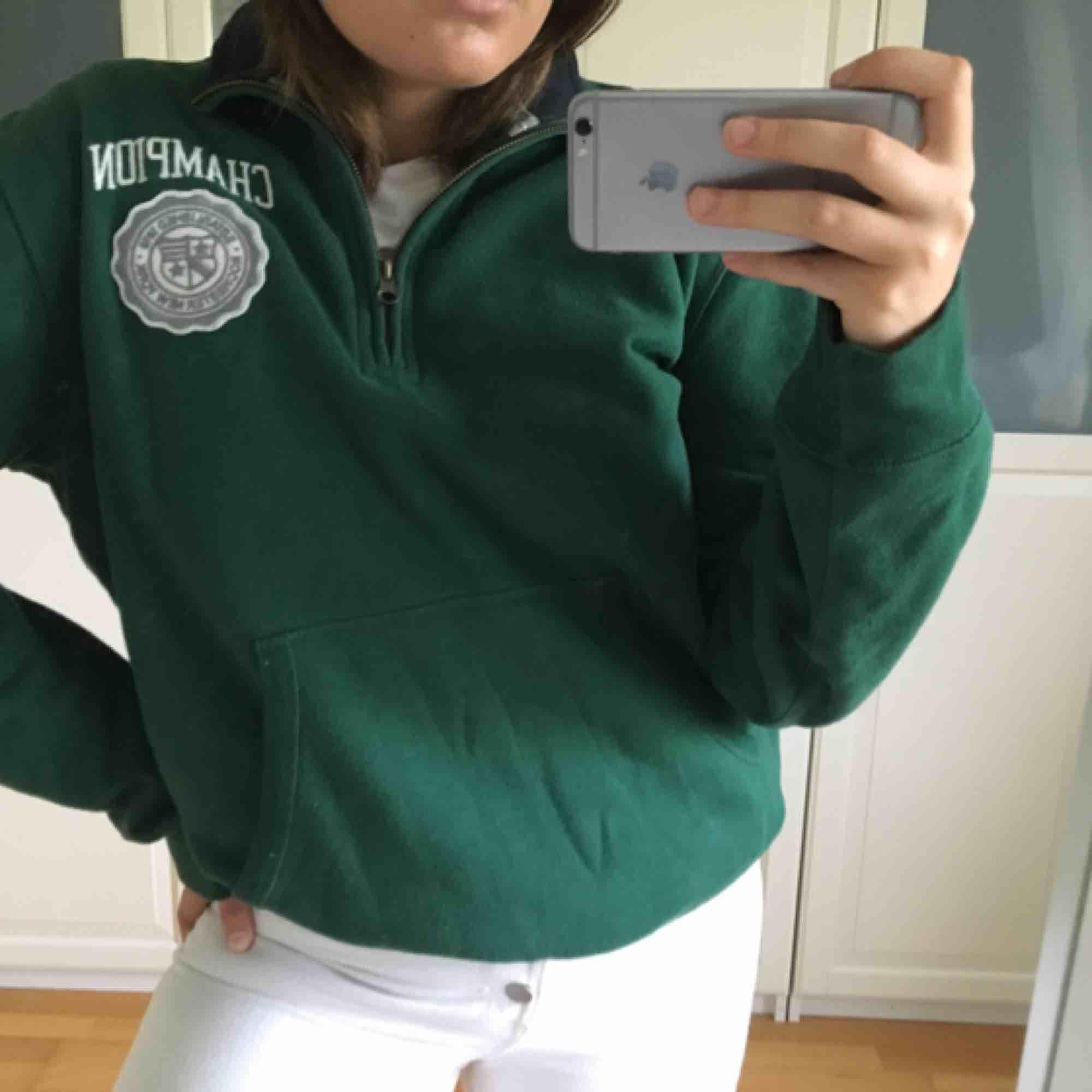 Grön champion-tröja, Herr-L men rätt liten i storlek så funkar för mig som vanligtvis är en Dam-M. Tröjor & Koftor.