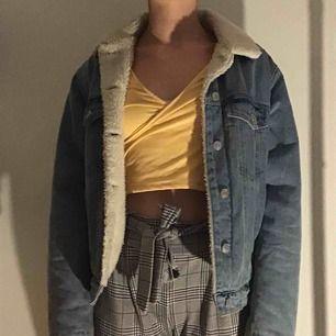 Skit snygg fodrad jeans jacka från bikbok som är varm, skön och passar till mycket, nästan aldrig använd och i fint skick men har hittat en jacka jag gillar bättre, frakt tillkommer 💕