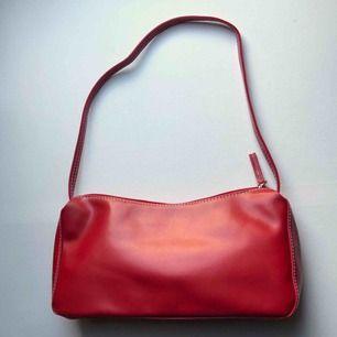 Fin röd 90-tals väska med vita sömmar