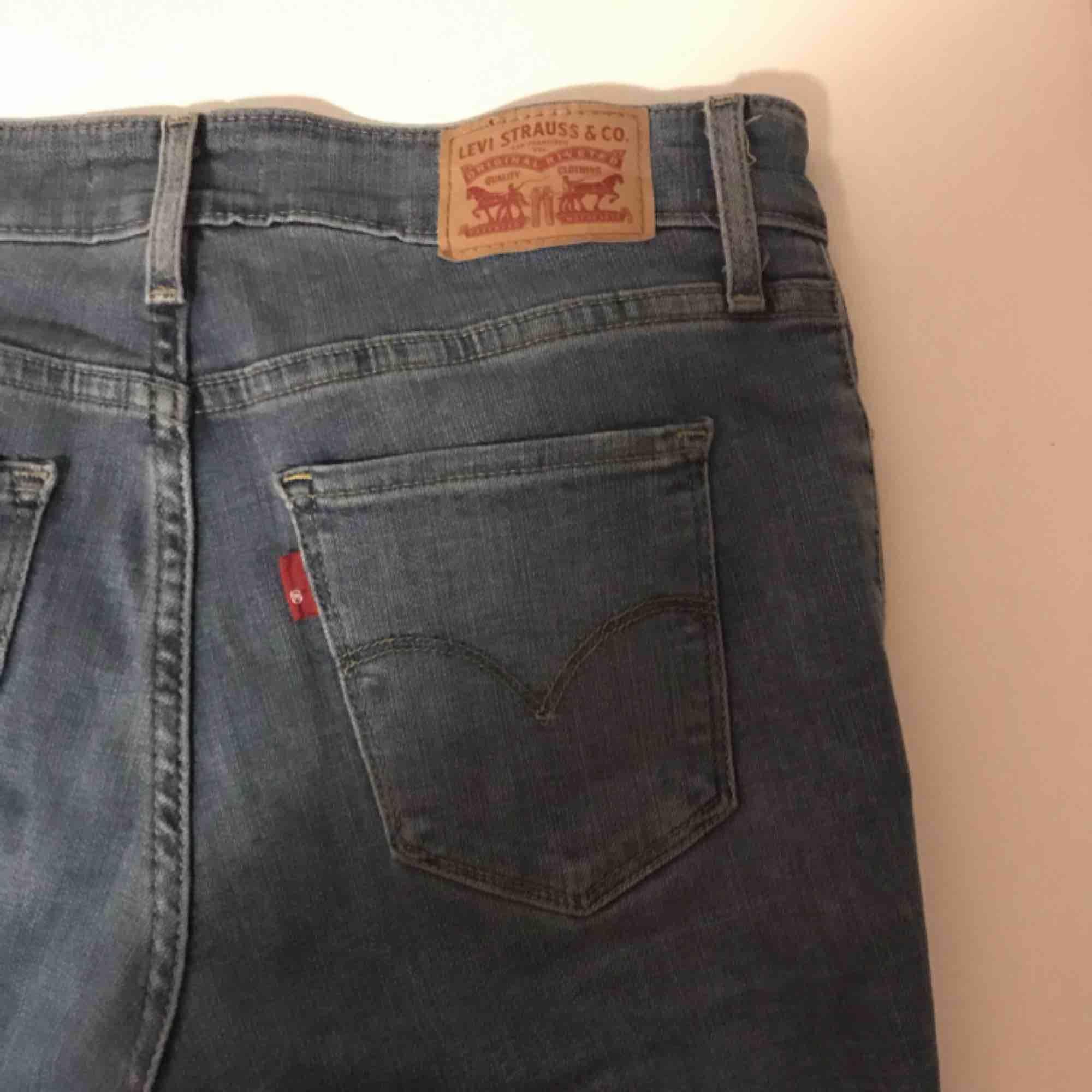 Ljusblåa jeans ifrån Levis, köptes förra sommaren i USA. Supersköna men kommer tyvärr inte till användning då jag tycker dom är för korta på mig, står storlek 28 i byxorna men skulle säga att det är som 38 . Jeans & Byxor.