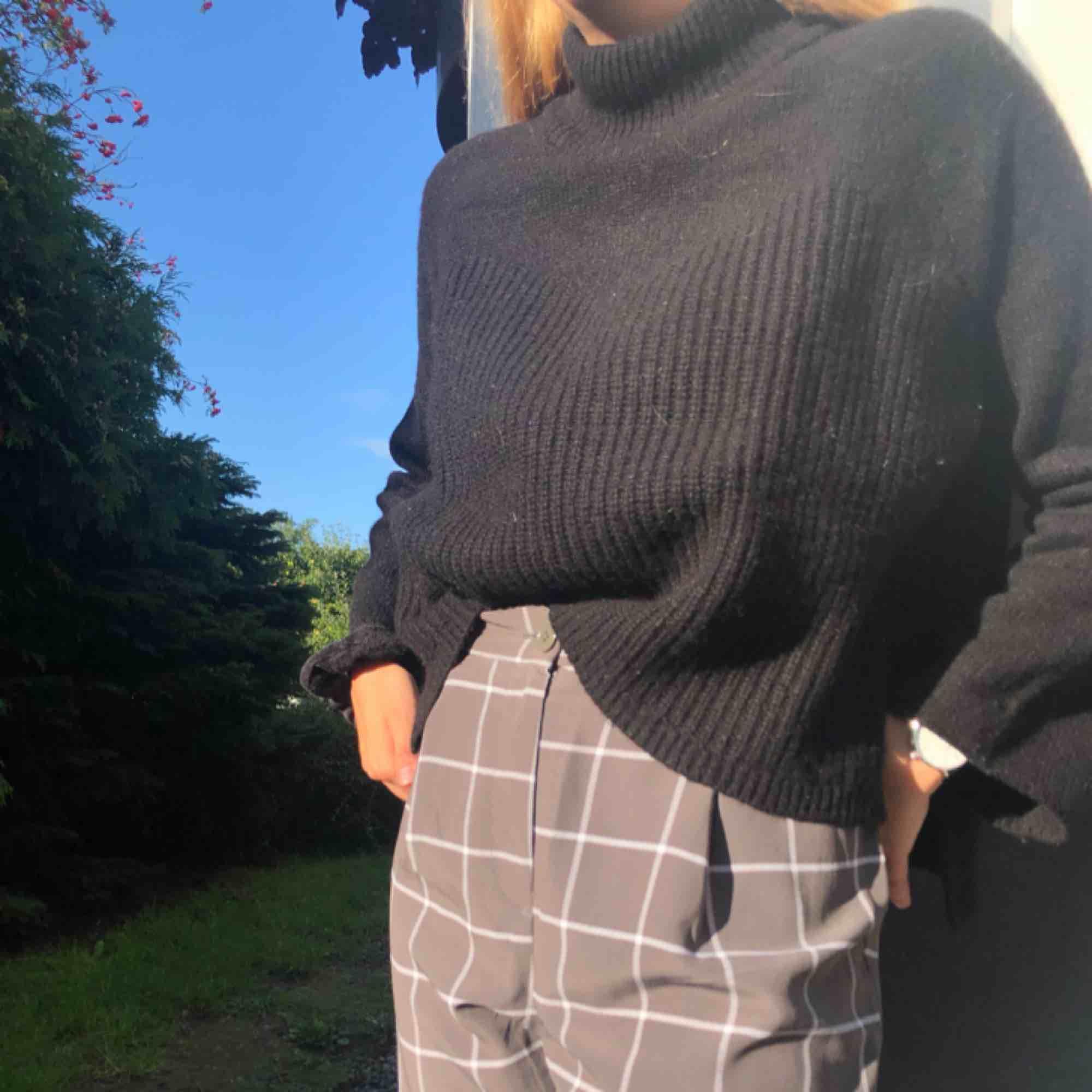 Jättefin stickad tröja med fint mönster och liten polokrage 💕 liten slit på sidan på båda sidor om tröjan . Toppar.