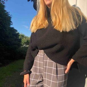 Jättefin stickad tröja med fint mönster och liten polokrage 💕 liten slit på sidan på båda sidor om tröjan