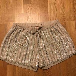 Glittriga snygga shorts, använda max 2 gånger. Fräscha och hela partyshorts ;)