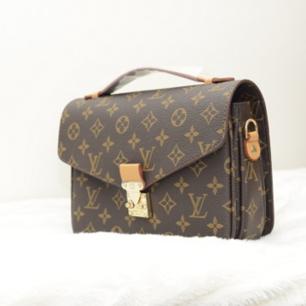 En snygg AA-kopia av en Louis Vuitton Metis - väska, helt oanvänd. Inklusive axelband. Har aldrig används och därför finns det inga tecken på repor eller skador. Bra kvalité. Packas väl vid eventuell frakt. Priset kan diskuteras.