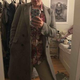 Varm höst/vinterkappa från Zara! Grå i färgen och snyggt om man tycker om en stilren kappa som passar till allt.