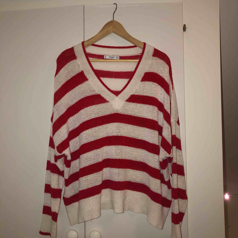 Super skön tunt stickad tröja från Zara. Storlek L, men oversized, passar mig som är en s. . Stickat.
