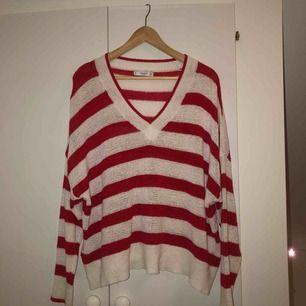 Super skön tunt stickad tröja från Zara. Storlek L, men oversized, passar mig som är en s.