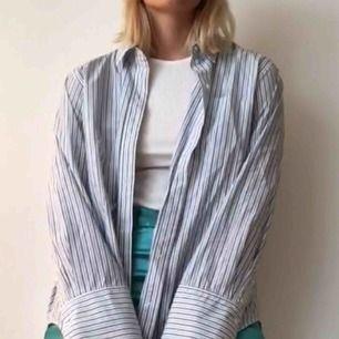Snygg oversized skjorta. Stora ärmar och design av olika långa sidor.