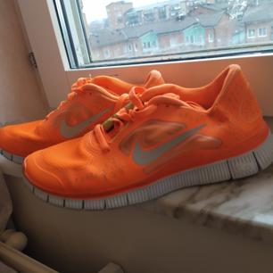 Orangea sneakers enbart använda en gång. Storlek 39.