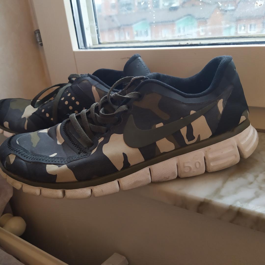Kamouflage sneakers, använda ett par gånger utomhus. Storlek 39. Kan skickas. . Skor.