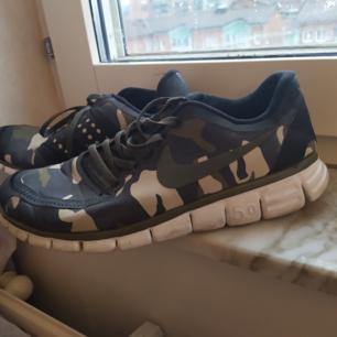Kamouflage sneakers, använda ett par gånger utomhus. Storlek 39. Kan skickas.